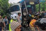 Truk kontainer vs bus rombongan bidan tabrakan