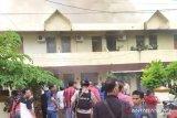13 keluarga mengungsi akibat asrama polisi Wisma terbakar