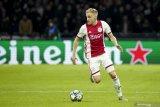 Van de Beek memilih bertahan di Ajax