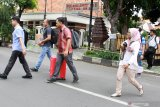 Penyidik Komisi Pemberantasan Korupsi (KPK) membawa sejumlah barang bukti seusai menggeledah rumah Bupati Sidoarjo, Jawa Timur, Minggu (12/1/2020). Penggeledahan tersebut untuk mencari barang bukti kasus suap terkait pengadaan proyek infrastruktur yang dilakukan Bupati Sidoarjo Saiful Ilah. Antara Jatim/Umarul Faruq/zk