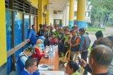 Petugas lapangan diperiksa kesehatan terkait tugas pasca bencana banjir
