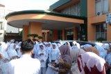 Pembagian jasa pelayanan dinilai tak adil, ratusan bidan dan perawat RSU M Natsir Solok unjuk rasa