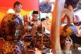 Bupati Aceh Barat Ramli Ms (dua kanan) meninjau stan industri kecil kreatif dan usaha kerajinan dari industri rumah tangga pada acara Teuku Umar Expo di Desa Ujong Kalak, Kecamatan Johan Pahlawan, Aceh Barat, Aceh, Senin (13/1/2020). Teuku Umar Expo yang berlangsung sejak 13 sampai 19 Januari 2020 tersebut menampilkan beragam kerajinan produksi dari berbagai UKM di daerah itu. Antara Aceh/Syifa Yulinnas.