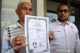 Nurdin Abdullah (64) Warga Aceh Timur, Aceh didampingi Ketua Yayasan Advokasi Rakyat Aceh (YARA), Safaruddin (kanan) memperlihatkan selembar ijazah atas nama anaknya, Safridawati diduga korban perdagangan manusia saat melapor di Mapolda Aceh, Banda Aceh, Senin (13/2/2020). Nurdin Abdullah bersama YARA berharap Polda Aceh dan Kedudataan Besar Indonesia di Malaysia untuk menemukan anaknya, Safridawati yang berangkat ke Malaysia sejak tahun 2015 atas ajakan tetangganya, Meutia dengan dijanjikan upah Rp 3 juta perbulan itu hingga saat ini tidak diketahui keberadaannya, diduga korban perdagangan manusia. Antara Aceh/Ampelsa.