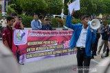 Mahasiwa yang tergabung dalam Aliansi Mahasiswa Peduli Pendidikan Aceh (AMPPA) mengusung spanduk saat aksi di Mapolda Aceh, Banda Aceh, Senin (13/2/2020). Mahasiswa mendesak Polda Aceh serius mengusut dugaan korupsi bantuan beasiswa yang bersumber dari dana aspiriasi anggota DPR Aceh tahun 2017 dengan nilai anggaran sebesar Rp22,295 miliar yang diduga melibatkan sejumlah pejabat pemerintah Aceh dan anggota dewan. Antara Aceh/Ampelsa.