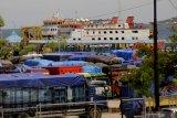 Akibat cuaca buruk, puluhan truk tertahan di Pelabuhan Bolok Kupang