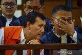 Terdakwa kasus suap Meikarta yang juga Sekretaris Daerah Jawa Barat nonaktif, Iwa Karniwa (kiri) berbincang dengan kuasa hukumnya sebelum menjalani sidang perdana dengan agenda pembacaan dakwaan di Pengadilan Tipikor, Bandung, Jawa Barat, Senin (13/1/2020). Dalam sidang perdana tersebut, Iwa Karniwa di dakwa menerima uang senilai Rp 900 juta untuk memuluskan perizinan proyek Meikarta. ANTARA JABAR/Raisan Al Farisi/agr