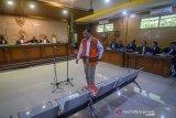 Terdakwa kasus suap Meikarta yang juga Sekretaris Daerah Jawa Barat nonaktif, Iwa Karniwa menjalani sidang perdana dengan agenda pembacaan dakwaan di Pengadilan Tipikor, Bandung, Jawa Barat, Senin (13/1/2020). Dalam sidang perdana tersebut, Iwa Karniwa di dakwa menerima uang senilai Rp 900 juta untuk memuluskan perizinan proyek Meikarta. ANTARA JABAR/Raisan Al Farisi/agr