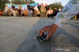Warga, aktivis lingkungan dan anggota satpam melepas tukik penyu belimbing ke habitatnya di pantai Lhoknga, Aceh Besar, Aceh, Senin (13/1/2020). Pelepasan puluhan tukik penyu langka dan dilindungi jenis Belimbing yang digagas PT Tamita Dian Lestari dan Asosiasi Profesi Satpam Indonesia (APSI) dalam rangka HUT ke-39 Satpam dan wujud kepedulian tenaga sekuriti terhadap lingkungan. Antara Aceh/Irwansyah Putra.