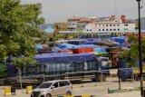 Sejumlah mobil truk yang membawa kebutuhan pokok parkir di pelabuhan Bolok, Kupang, NTT Senin (13/1/2020). Cuaca buruk yang terjadi dalam beberapa pekan terakhir yang berujung tidak beroperasinya kapal di pelabuhan tersebut hingga 15 Januari 2020 itu mengakibatkan distribusi kebutuhan pokok di pulau-pulau di perairan NTT terhambat. ANTARA FOTO/Kornelis Kaha/nym.