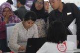 Pencari kerja melihat persyaratan yang tercantum dalam lowongan kerja di sebuah stand perusahaan dalam Bursa Kerja di Aula Skodam, Malang, Jawa Timur, Selasa (14/1/2020). Bursa lowongan kerja yang diadakan selama dua hari tersebut merupakan upaya menurunkan angka pengangguran yang diperkirakan pada tahun 2020 mencapai 4,8 hingga 5 persen. Antara Jatim/Ari Bowo SuciptoA/zk