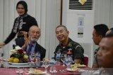 Kepala Staf Angkatan Darat, Jenderal TNI Andika Perkasa (kedua kiri) berbincang dengan Wali Nanggroe Aceh, Malik Mahmud (kiri) yang juga mantan petinggi GAM disela kegiatan penandatanganan nota kerjasama militer dengan TNI-AD di Kodam Iskandar Muda di Banda Aceh, Aceh, Selasa (14/2/2020). Kunjungan Panglima Angkatan Darat Kerajaan Thailand itu dalam rangka penandatanganan empat tahun Implementing Arrangement kelanjutan kerjasama dengan TNI-AD periode 2020-2023 dibidang pendidikan militer dan selain pertemuan dengan mantan petinggi Gerakan Aceh Merdeka (GAM) terkait keberhasilan pemerintah Indonesia dalam penyelesaian konflik di Aceh. Antara Aceh/Ampelsa
