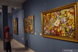 Pengunjung mengamati lukisan saat pameran seni rupa eks-Karesidenan Madiun di Indigo Art Space Madiun, Jawa Timur, Senin (13/1/2020). Pameran yang diikuti puluhan pelukis ari sejumlah daerah memamerkan karya seni lukis dan instalasi tersebut rencananya berlangsung hingga 20 Januari 2020. Antara Jatim/Siswowidodo/zk