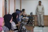 Peserta calon pegawai negeri sipil mengikuti simulasi tes berbasis computer assisted test (CAT) tahap kedua di Kantor Regional III Badan Kepegawaian Negara (BKN), Bandung, Jawa Barat, Selasa (14/1/2020). Sebanyak 1000 peserta calon pegawai negeri sipil (CPNS) yang sudah teregistrasi mengikuti kegiatan simulasi tes berbasis CAT guna menyiapkan Seleksi Kompetensi Dasar (SKD) yang rencananya akan digelar pada akhir Januari - Februari 2020.  ANTARA JABAR/M Agung Rajasa/agr