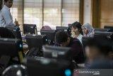 Peserta calon pegawai negeri sipil mengamati layar komputer saat simulasi tes berbasis computer assisted test (CAT) tahap kedua di Kantor Regional III Badan Kepegawaian Negara (BKN), Bandung, Jawa Barat, Selasa (14/1/2020). Sebanyak 1000 peserta calon pegawai negeri sipil (CPNS) yang sudah teregistrasi mengikuti kegiatan simulasi tes berbasis CAT guna menyiapkan Seleksi Kompetensi Dasar (SKD) yang rencananya akan digelar pada akhir Januari - Februari 2020.  ANTARA JABAR/M Agung Rajasa/agr