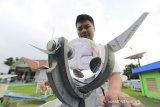 Petugas Badan Meteorologi, Klimatologi dan Geofisika (BMKG) memantau alat pengukur curah hujan di halaman BMKG Stasiun Kertajati, Jatiwangi, Majalengka, Jawa Barat, Selasa (14/1/2020). BMKG Kertajati merilis peringatan cuaca ekstrim dari tanggal 11 hingga 18 Januari untuk wilayah Jawa Barat bagian utara ditandai hujan lebat disertai petir dan angin kencang. ANTARA JABAR/Dedhez Anggara/agr