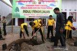 Ketua DPRK Banda Aceh Farid Nyak Umar (tiga kanan) menyaksikan Kapolresta Banda Aceh, Kombes Pol Trisno Riyanto SH (tiga kiri) menanam pohon di Dayah Mini pesisir laut selat malaka, Desa Alue Naga, Banda Aceh, Aceh, Selasa (14/1/2020). Penanaman seribu lebih pohon pada program Polri peduli penghijauan sebagai upaya mengembalikan kawsaan pesisir yang rusak akibat bencana alam sekaligus menjadi penghalang serta pemecah ombak bila terjadi bencana tsunami. Antara Aceh/Irwansyah Putra.