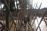 Korban banjir bandang di Lebak bangun jembatan darurat