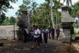 Sejumlah pengunjung berada di gapura pintu masuk komplek Keraton Agung Sejagad Desa Pogung Jurutengah, Bayan, Purworejo, Jawa Tengah, Selasa (14/1/2020). Kemunculan Keraton Agung Sejagat menghebohkan masyarakat sekitar maupun dunia maya setelah ratusan pengikutnya mengadakan acara Wilujengan dan Kirab Budaya, yang dilaksanakan dari Minggu (12/1/2020). ANTARA FOTO/Anis Efizudin/nym.