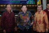Menteri Perencanaan Pembangunan Nasional (PPN) atau Kepala Badan Perencanaan Pembangunan Nasional (Bappenas) Suharso Monoarfa (tengah) berbincang bersama Gubernur Bali Wayan Koster (kiri) dan Gubernur Riau Syamsuar (kanan) usai penandatanganan nota kesepahaman (MOU) tentang perencanaan Pembangunan Rendah Karbon (PRK) di Provinsi Bali dan Riau di Kantor Gubernur Bali, Denpasar, Bali, Selasa (14/1/2020). Kementerian PPN/Bappenas menandatangani nota kesepahaman dengan Pemprov Bali dan Riau sebagai daerah percontohan pembangunan rendah karbon yaitu daerah yang mampu menyeimbangkan pertumbuhan ekonomi dan sosial melalui aktivitas pembangunan rendah emisi serta mengurangi eksploitasi sumber daya alam. ANTARA FOTO/Nyoman Hendra Wibowo/nym.