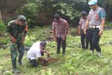 TNI-Polri  penananam pohon di wilayah aliran sungai