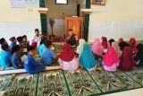 Seorang Anggota Kodim 1628/Sumbawa Barat jadi guru ngaji anak-anak