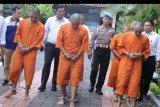 Sejumlah tersangka kasus narkotika digiring petugas saat rilis di Polresta Denpasar, Bali, Rabu (15/1/2020). Polresta Denpasar bersama Satgas Counter Transnational and Organized Crime (CTOC) Polda Bali menangkap 11 orang tersangka kurir narkoba termasuk empat orang anak di bawah umur dengan barang bukti 278 gram sabu dan 1.549 butir ekstasi dari delapan kasus yang diungkap selama awal tahun 2020. ANTARA FOTO/Fikri Yusuf/nym
