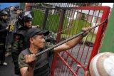 Anggota Satuan Polisi Pamong Praja Sulawesi Selatan membuka paksa pintu gerbang Stadion Mattoanging saat akan melakukan penertiban aset Pemerintah Provinsi Sulawesi Selatan (Pemprov Sulsel) di Makassar, Sulawesi Selatan, Rabu (15/1/2020). Pemprov Sulsel terus berupaya untuk menertibkan sejumlah aset salah satunya adalah Stadion Mattoanging yang dikelolah oleh Yayasan Olahraga Sulawesi Selatan (YOSS). ANTARA FOTO/Arnas Padda/nym.