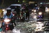 Pengendara kendaraan bermotor melintas di jalan yang tergenang air di Jalan Dr Soetomo, Surabaya, Jawa Timur, Rabu (15/1/2020). Hujan deras selama sekitar tiga jam yang mengguyur kota Surabaya menyebabkan sejumlah kawasan di kota Surabaya tergenang air. Antara Jatim/Didik/ZK