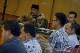 Terdakwa kasus dugaan suap proyek jalan di Indramayu, Carsa ES menjalani sidang dengan agenda pemeriksaan saksi di Pengadilan Tipikor, Bandung, Jawa Barat, Rabu (15/1/2020). Dalam sidang tersebut, Jaksa Penuntut Umum KPK menghadirkan 8 orang saksi dari unit layanan pengadaan Dinas PUPR Indramayu untuk memberikan keterangan terkait kasus suap proyek jalan di Indramayu yang melibatkan Bupati Indramayu Nonaktif Supendi. ANTARA JABAR/Raisan Al Farisi/agr