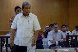 Terdakwa kasus dugaan suap pengadaan jasa konsultasi di Perum Jasa Tirta II yang juga mantan Direktur Utama Perum Jasa Tirta II Djoko Saputro memasuki ruangan untuk menjalani sidang perdana dengan agenda pembacaan dakwaan di Pengadilan Tipikor, Bandung, Jawa Barat, Rabu (15/1/2020). Dalam sidang tersebut, jaksa penuntut umum KPK mendakwa Djoko telah merugikan negara sebesar Rp 4,7 miliar atas kasus suap pengadaan pekerjaan jasa konsultasi pada 2017. ANTARA JABAR/Raisan Al Farisi/agr