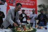 HUT MADURA UNITED. Direktur PT. Polana Bola Madura Bersatu (PBMB) Ziaulhaq (kiri) memotong tumpeng disaksikan pelatih baru Madura United (MU) FC. Rahmad Darmawan (ke dua kiri) saat memperingati Hut ke-4 MU di Pamekasan, Jawa Timur, Selasa (14/1/2020) malam. Dalam kesempatan itu dipaparkan sejumlah target klub pada tahun 2020 juga mereview pencapaian dalam kurun empat tahun yang telah dilalui. Antara Jatim/Saiful Bahri/zk