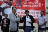 Direktur PT. Polana Bola Madura Bersatu (PBMB) Ziaulhaq (kiri) menyerahkan potongan tumpeng kepada pelatih baru Madura United (MU) FC. Rahmad Darmawan (ke kanan) saat memperingati Hut ke-4 MU di Pamekasan, Jawa Timur, Selasa (14/1/2020) malam. Dalam kesempatan itu dipaparkan sejumlah target klub pada tahun 2020 juga mereview pencapaian dalam kurun empat tahun yang telah dilalui. Antara Jatim/Saiful Bahri/zk