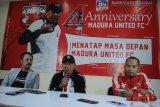 Pelatih baru Madura United (MU) FC. Rahmad Darmawan (tengah) didampingi Direktur PT. Polana Bola Madura Bersatu (PBMB) Ziaulhaq (kiri) dan Media Officer MU Tabri Syaifullah Munir (kanan) menjawab pertanyaan wartawan disela-sela memperingati Hut ke-4 MU di Pamekasan, Jawa Timur, Selasa (14/1/2020) malam. Dalam kesempatan itu dipaparkan sejumlah target klub pada tahun 2020 juga mereview pencapaian dalam kurun empat tahun yang telah dilalui. Antara Jatim/Saiful Bahri/zk