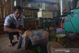 Pekerja mengemas dupa dari kayu gaharu di industri rumahan Desa Bawangan, Kecamatan Ploso, Kabupaten Jombang, Jawa Timur, Selasa (14/1/2020). Dalam sebulan industri rumahan tersebut bisa memproduksi sekitar 1 sampai 2 ton dupa, namun jelang perayaan Imlek, produksi dupa berbahan kayu gaharu meningkat tajam hingga 4 ton sebulan dengan harga mulai Rp25 ribu-Rp500 ribu per kilogram tergantung kualitas bahan baku. Antara Jatim/Syaiful Arif/zk.