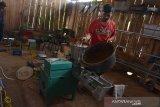 Pekerja melakukan proses pembuatan dupa dari kayu gaharu di industri rumahan Desa Bawangan, Kecamatan Ploso, Kabupaten Jombang, Jawa Timur, Selasa (14/1/2020). Dalam sebulan industri rumahan tersebut bisa memproduksi sekitar 1 sampai 2 ton dupa, namun jelang perayaan Imlek, produksi dupa berbahan kayu gaharu meningkat tajam hingga 4 ton sebulan dengan harga mulai Rp25 ribu-Rp500 ribu per kilogram tergantung kualitas bahan baku. Antara Jatim/Syaiful Arif/zk.