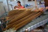 Pekerja melakukan proses pengeringan dupa dari kayu gaharu di industri rumahan Desa Bawangan, Kecamatan Ploso, Kabupaten Jombang, Jawa Timur, Selasa (14/1/2020). Dalam sebulan industri rumahan tersebut bisa memproduksi sekitar 1 sampai 2 ton dupa, namun jelang perayaan Imlek, produksi dupa berbahan kayu gaharu meningkat tajam hingga 4 ton sebulan dengan harga mulai Rp25 ribu-Rp500 ribu per kilogram tergantung kualitas bahan baku. Antara Jatim/Syaiful Arif/zk.