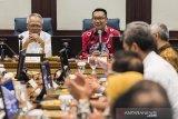 Menteri Pekerjaan Umum dan Perumahan Rakyat Basuki Hadimuljono (kiri) bersama Gubernur Jawa Barat Ridwan Kamil (kanan) memimpin rapat bersama Kepala Daerah Kabupaten/Kota di Gedung Sate, Bandung, Jawa Barat, Kamis (16/1/2020). Rapat tersebut membahas evaluasi dan rencana teknis upaya pencegahan banjir di kawasan Jawa Barat. ANTARA JABAR/M Agung Rajasa/agr