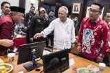 Menteri Pekerjaan Umum dan Perumahan Rakyat Basuki Hadimuljono (kedua kiri) bersama Gubernur Jawa Barat Ridwan Kamil (kanan) menghadiri rapat bersama Kepala Daerah Kabupaten/Kota di Gedung Sate, Bandung, Jawa Barat, Kamis (16/1/2020). Rapat tersebut membahas evaluasi dan rencana teknis upaya pencegahan banjir di kawasan Jawa Barat. ANTARA JABAR/M Agung Rajasa/agr