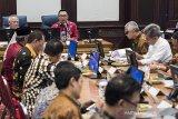 Menteri Pekerjaan Umum dan Perumahan Rakyat Basuki Hadimuljono (kiri) bersama Gubernur Jawa Barat Ridwan Kamil (kedua kiri) memimpin rapat bersama Kepala Daerah Kabupaten/Kota di Gedung Sate, Bandung, Jawa Barat, Kamis (16/1/2020). Rapat tersebut membahas evaluasi dan rencana teknis upaya pencegahan banjir di kawasan Jawa Barat. ANTARA JABAR/M Agung Rajasa/agr