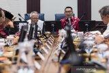 Menteri Pekerjaan Umum dan Perumahan Rakyat Basuki Hadimuljono (keempat kiri) bersama Gubernur Jawa Barat Ridwan Kamil (kedua kanan) memimpin rapat bersama Kepala Daerah Kabupaten/Kota Jabar di Gedung Sate, Bandung, Jawa Barat, Kamis (16/1/2020). Rapat tersebut membahas evaluasi dan rencana teknis upaya pencegahan banjir di kawasan Jawa Barat. ANTARA JABAR/M Agung Rajasa/agr