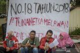 Mahasiswa korban pengusiran dari asrama Wyata Guna berbincang di pinggiran trotoar Jalan Pajajaran, Bandung, Jawa Barat, Kamis (16/1/2020). Sebanyak 32 mahasiswa penghuni asrama di Wyata Guna diusir paksa dan terpaksa menjadikan trotoar sebagai tempat tinggal sementara sejak Selasa, (14/1/2019) dan meminta pemerintah untuk menghapus Permensos no. 18 Tahun 2018 yang dinilai menindas penyandang disabilitas. ANTARA JABAR/Raisan Al Farisi/agr