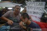 Aktivitas mahasiswa tunanetra yang tinggal di pinggiran trotoar Jalan Pajajaran, Bandung, Jawa Barat, Kamis (16/1/2020). Sebanyak 32 mahasiswa penghuni asrama di Wyata Guna diusir paksa dan terpaksa menjadikan trotoar sebagai tempat tinggal sementara sejak Selasa, (14/1/2019) dan meminta pemerintah untuk menghapus Permensos no. 18 Tahun 2018 yang dinilai menindas penyandang disabilitas. ANTARA JABAR/Raisan Al Farisi/agr
