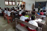 Danyonif 509/Kostrad bantu mengajar siswa SD perbatasan RI-PNG