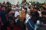 Presiden Joko Widodo (kedua kiri) berbincang dengan peserta Integrated Digital Network (IDW) saat meninjau pelaksanaan kegiatan tersebut di Jakarta, Kamis (16/1/2020). IDW merupakan bagian dari kebijakan flexible work atau flexi work di Bappenas yang memungkinkan aparatur sipil negara (ASN) bekerja tanpa harus ke kantor secara konvensional. ANTARA FOTO/Akbar Nugroho Gumay/ama.