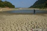 Warga menyaksikan embung mengalami kekeringan di Desa Lambadeuk, Kecamatan Peukan Banda, Kabupaten Aceh Besar, Jumat (17/1/2020). Embung Lambadeuk dibangun tahun 2013 dibawah pengelolaan Balai Wilayah Sungai Sumatera I itu mulai mengalami kekeringan sejak enam bulan terakhir saat ini dengan debet air hanya tersisa sekitar 1,5 meter mengakibatkan pasokan air bersih untuk kebutuhan sebanyak 225 Kepala Keluarga (KK) di daerah pesisir tersebut lumpuh total. Antara Aceh/Ampelsa.