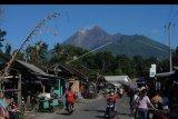Sejumlah warga beraktivitas dengan berlatar belakang Gunung Merapi di Tangkil, Kemalang, Klaten, Jawa Tengah, Jumat (17/1/2020). Berdasarkan data Balai Benyelidikan dan Pengembangan Teknologi Kebencanaan Geologi (BPPTKG) pada tanggal 10-16 Januari 2020, kubah lava Gunung Merapi saat ini dalam kondisi stabil dan disarankan bagi masyarakat untuk mewaspadai bahaya lahar terutama saat terjadi hujan di seputar Gunung Merapi. ANTARA FOTO/Aloysius Jarot Nugroho/nym.