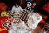 Perajin menyelesaikan pembuatan kepala barongsai di sebuah rumah kawasan Pondok Jati Sidoarjo, Jawa Timur, Jumat (17/1/2020). Selain sebagai pelengkap saat melakukan atraksi di perayaan tahun baru Imlek, barongsai tersebut dijual dengan harga Rp2,5 juta hingga Rp5,5 juta tergantung bentuk dan tingkat kesulitan pembuatan. Antara Jatim/Umarul Faruq/zk