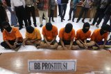 Polisi memperlihatkan sejumlah tersangka pelaku kejahatan hasil tangkapan selama dua pekan terakhir saat gelar kasus di Polresta Kediri, Jawa Timur, Jumat (17/1/2020). Dari sejumlah kasus yang berhasil diungkap kepolisian di daerah itu terdapat kasus menonjol yakni praktik prostitusi berkedok salon kecantikan yang marak di Kediri. Antara Jatim/Prasetia Fauzani/zk