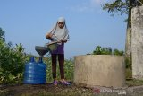 Warga mengambil air bersumber dari sumur di daerah pesisir di Desa Lambaro Neujib, Kecamatan Peukan Bada, Kabupaten Aceh Besar, Jumat (17/1/2020). Sejak pasokan air bersih dari embung terhenti total akibat kekeringan , sekitar 255 Kepala Keluarga (KK) di daerah pesisir itu terpaksa beralih mengkonsumsi air sumur yang saat ini kondisinya juga mulai dangkal akibat kemarau untuk kebutuhan memasak, minum, mencuci dan mandi. Antara Aceh/Ampelsa.